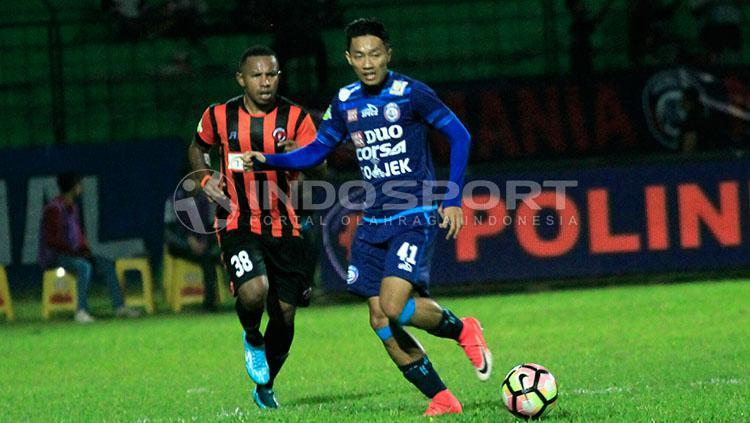 Tony Roy Ayomi bermain disiplin dan atraktif dibanding yang diperagakan Dendi Santoso dan kawan-kawan. Copyright: Indosport/Ian Setiawan