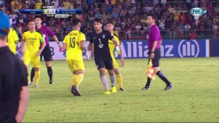 Farizal Marlias (hitam tengah) ketika mengamuk kepada wasit. - INDOSPORT