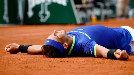 Petenis asal Spanyol, Rafael Nadal merayakan kemenangan Prancis Terbuka. - INDOSPORT