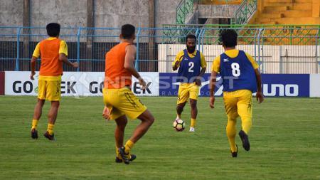 Didier Zokora saat menjalani latihan bersama skuat Semen Padang. - INDOSPORT