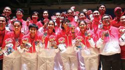 Timnas Basket Putri Indonesia saat mendapat medali perak.