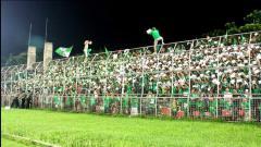 Indosport - Aksi Smeck Hooligan kala mendukung PSMS Medan.