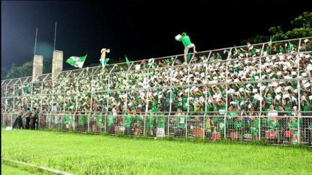 Aksi Smeck Hooligan kala mendukung PSMS Medan. - INDOSPORT