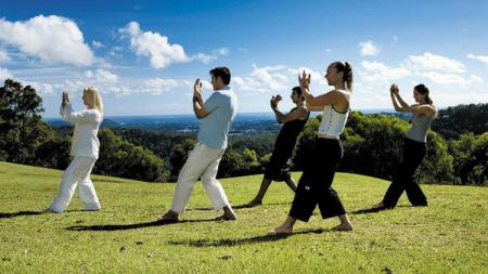 Ilustrasi sejumlah orang melakukan gerakan olahraga Taichi. - INDOSPORT
