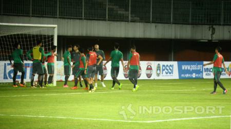 Timnas Indonesia uji coba lapangan Stadion Maguwoharjo. - INDOSPORT
