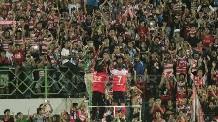 Engelberd Sani menjadi dirigen dadakan bagi suporter MU setelah timnya menang 6-0 atas Semen Padang. - INDOSPORT