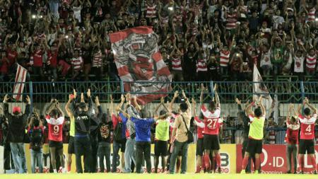 Skuat Madura United memberi ucapan terima kasih kepada dukungan suporter Madura. - INDOSPORT