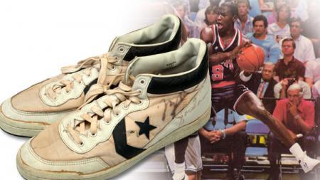 Michael Jordan dan sepatu bekas miliknya. - INDOSPORT