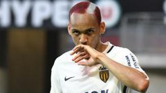 Indosport - Fabinho berselebrasi di depan tribun pendukung AS Monaco.