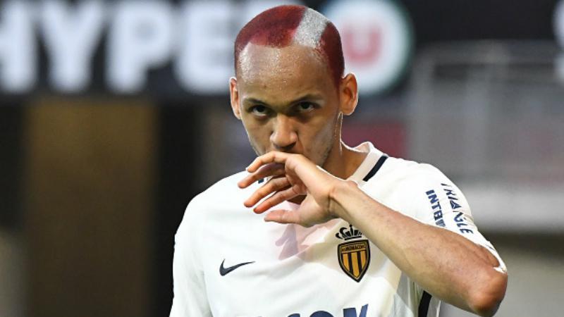 Fabinho berselebrasi di depan tribun pendukung AS Monaco. Copyright: