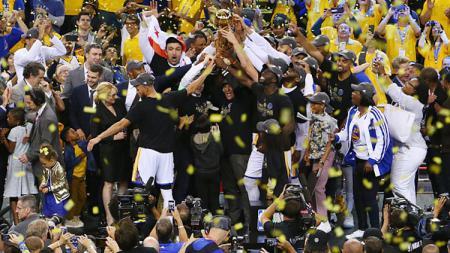 Selebrasi pemain Golden State Warriors saat mengangkat trofi NBA musim 2016/17 di Oracle Arena. - INDOSPORT