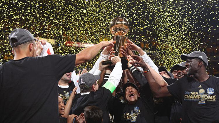 Selebrasi pemain Golden State Warriors memenangkan trofi NBA musim 2016/17. Copyright: INDOSPORT