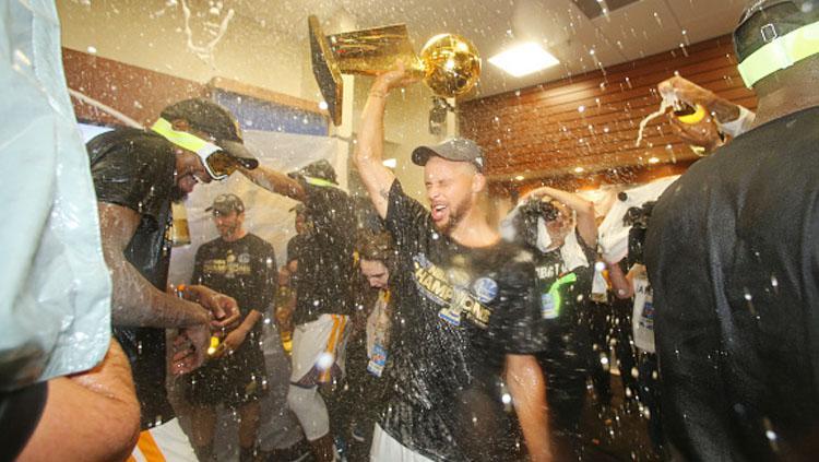 Aksi selebrasi pemain Golden State Warriors di ruang ganti usai juara NBA musim 2016/17. Copyright: INDOSPORT