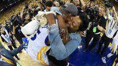 Indosport - Kevin Durant memeluk ibunya, Wanda Durant.