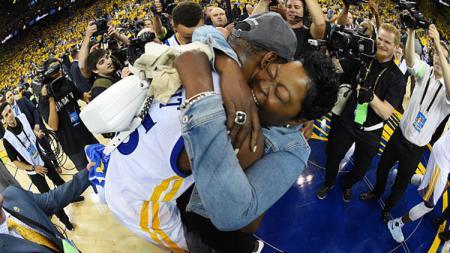 Kevin Durant memeluk ibunya, Wanda Durant. - INDOSPORT