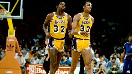 Kareem Abdul-Jabbar (kanan) ketika masih menjadi pemain LA Lakers bersama Magic Johnson. - INDOSPORT