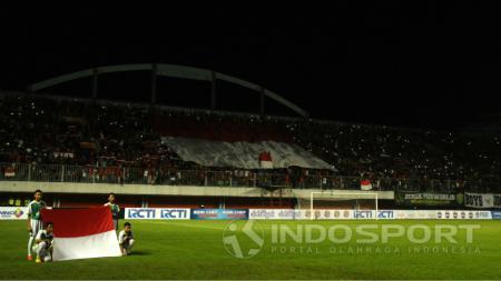 Suporter Timnas Indonesia memadati Stadion Maguwoharjo. - INDOSPORT