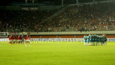 Timnas Indonesia dan Puerto Rico mengheningkan cipta sebelum bertanding. - INDOSPORT