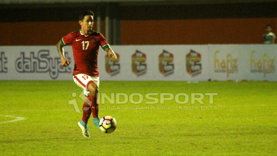 Striker Timnas Indonesia, Irfan Bachdim saat men-dribble bola Copyright: INDOSPORT/Prima Pribadi