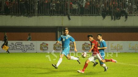 Gelandang serang Timnas Indonesia, Stefano Lilipaly sedang menendang bola ke arah gawang Puerto Rico. - INDOSPORT