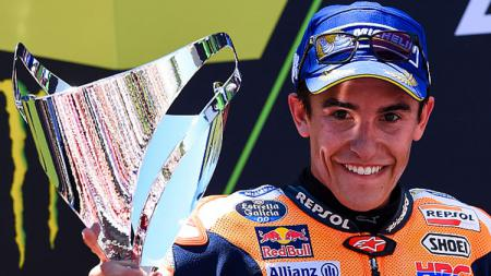 Marc Marquez selebrasi bersama trofi MotoGP Catalunya, Sapnyol. - INDOSPORT