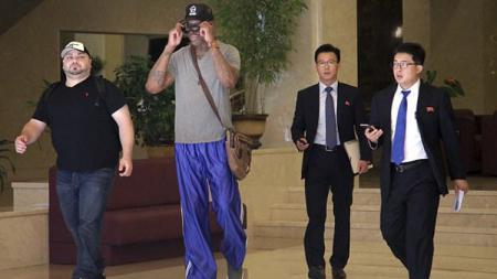 Legenda Basket Amerika Serikat, Dennis Rodman saat tiba di Korea Utara. - INDOSPORT