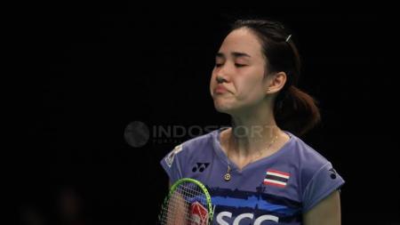 Ekspresi Nitchaon Jindapol saat tampil di Indonesia Open 2017. - INDOSPORT