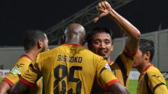 Indosport - Mohammed Sissoko cetak gol ke gawang Persegres Gresik United.