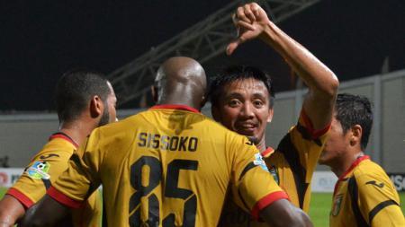 Mohammed Sissoko cetak gol ke gawang Persegres Gresik United. - INDOSPORT
