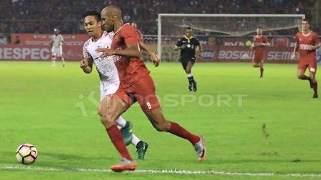 Striker PSM Makassar, Reinaldo Elias da Costa (depan) saat melawan Persipura Jayapura. - INDOSPORT