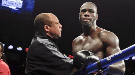 Mantan juara dunia tinju kelas berat WBC, Deontay Wilder, memberikan jawaban berkelas ketika diisukan bakal bertarung kontra Mike Tyson. - INDOSPORT