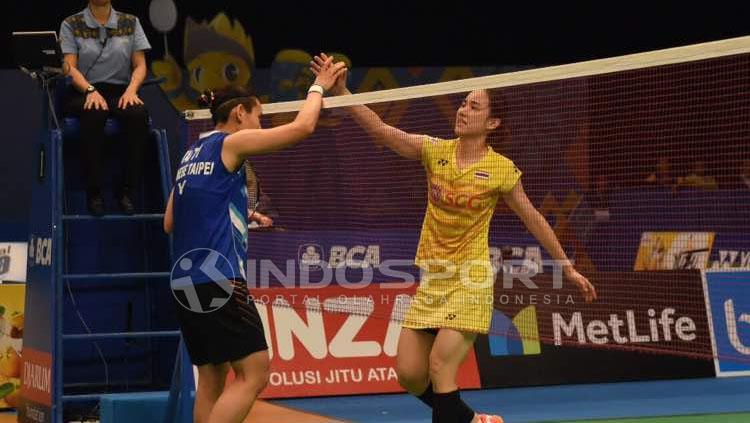 Nitchaon Jindapol bersalaman setelah pertandingan. Copyright: Herry Ibrahim/Indosport.com