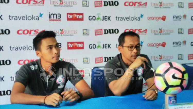 Aji Santoso memberikan pernyataan di konferensi pers. Copyright: Ian Setiawan/INDOSPORT