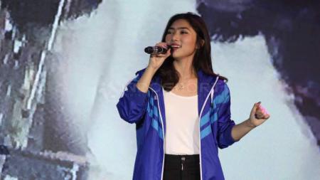 IsIsyana Sarasvati ketika menghibur penonton Indonesia Open 2017. - INDOSPORT