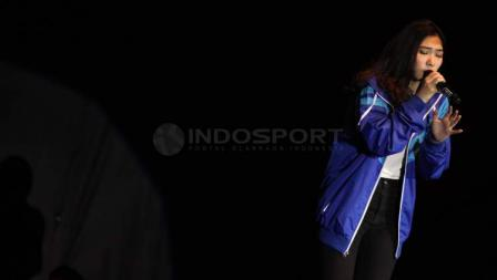 Isyana Sarasvati ketika menghibur penonton Indonesia Open 2017.