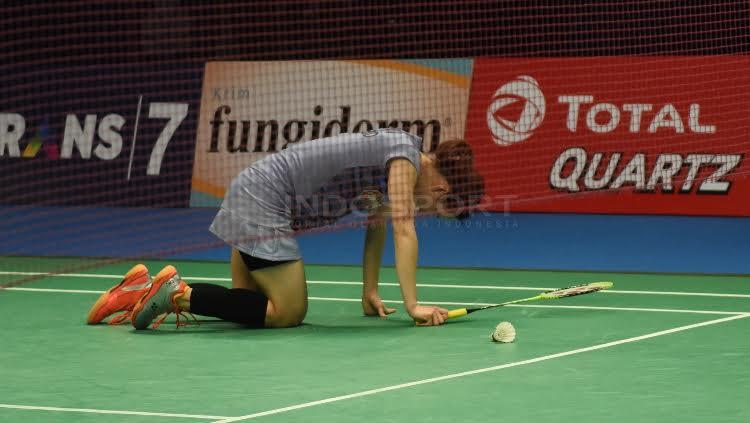Nitchaon Jindapol tidak berhasil mengembalikan bola dari serangan lawannya, Sayaka Sato.