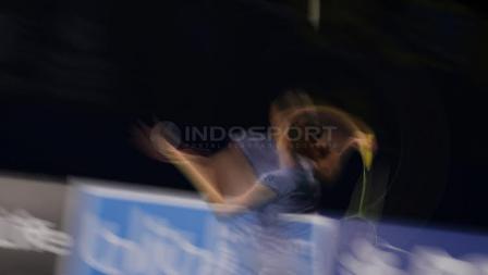 Aksi Nitchaon Jindapol  mengembalikan bola kok ke arah Sayaka Sato.