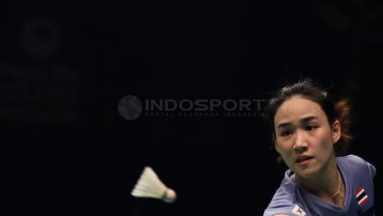 Aksi Nitchaon Jindapol  mengembalikan bola kok ke arah Sayaka Sato. Copyright: Herry Ibrahim/Indosport.com