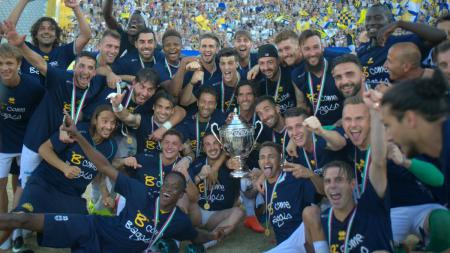 Parma merayakan status mereka sebagai jawara play-off dan lolos ke Serie B Italia. - INDOSPORT
