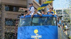 Golden State Warriors melakukan parade perayaan juara NBA 2016/17.
