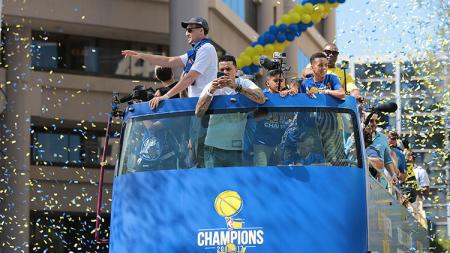 Golden State Warriors melakukan parade perayaan juara NBA 2016/17. - INDOSPORT