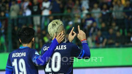 Selebrasi Cristian Gonzales saat merayakan gol - INDOSPORT