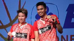 Indosport - Tontowi Ahmad/Liliyana Natsir memamerkan medali juara Indonesia Open 2017.