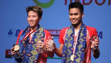 Tontowi Ahmad/Liliyana Natsir memamerkan medali juara Indonesia Open 2017.