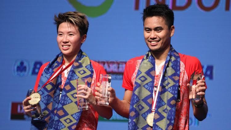Tontowi Ahmad/Liliyana Natsir memamerkan medali juara Indonesia Open 2017. Copyright: Herry Ibrahim/Indosport.com