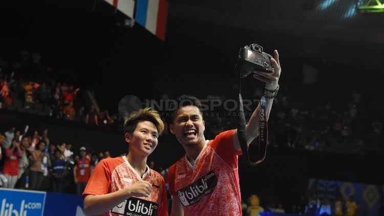 Tontowi Ahmad/Liliyana Natsir selfie bareng setelah berhasil menjadi juara Indonesia Open 2017. Copyright: Herry Ibrahim/Indosport.com