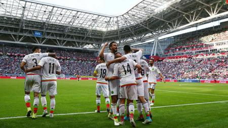 Pemain Meksiko merayakan gol Javier Hernandez. - INDOSPORT