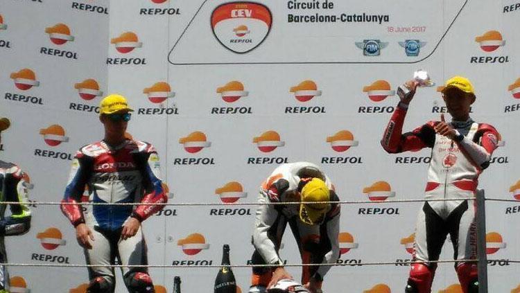 Pembalap Indonesia, Dimas Ekky naik podium di CEV Moto2. Copyright: Facebook/Astra Honda Racing Team