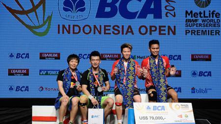 Tontowi Ahmad/Liliyana Natsir bersama pasangan China, Zheng Siwei/Chen Qingchen di podium Indonesia Open 2017. - INDOSPORT