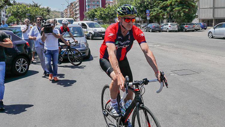 Pelatih Crotone FC, Davide Nicola saat ikut dalam kejuaraan sepeda. Copyright: INDOSPORT